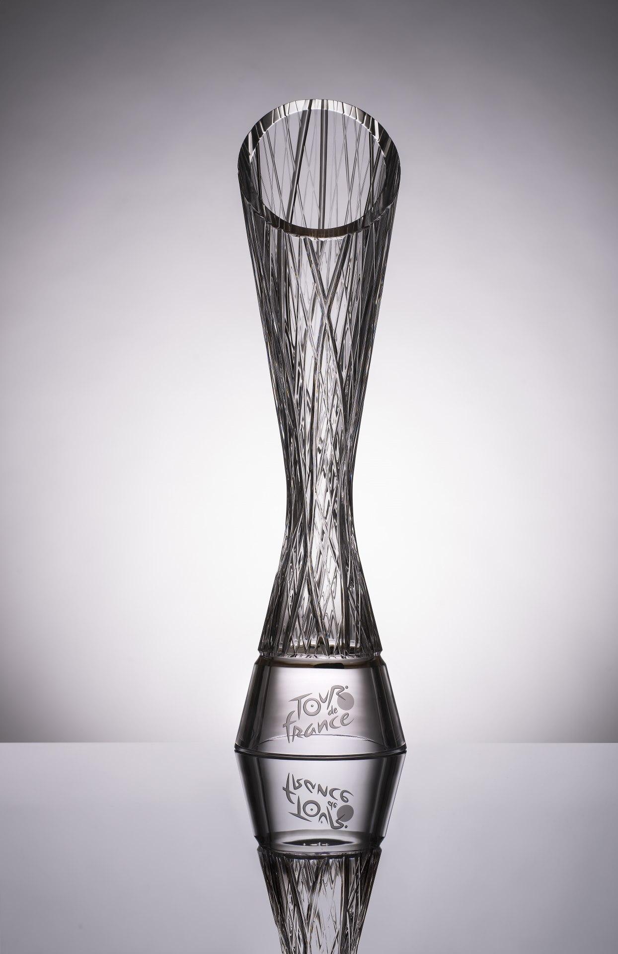 Trofej z křišťálového skla navrženou ŠKODA AUTO